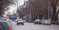 Автомобили на одном из улиц Бишкека. Архивное фото