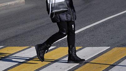 Девушка переходит дорогу. Архивное фото