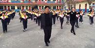 Балдар менен кошо бийлеп көнүгүү жасаган Кытайдагы мектеп жетекчиси. Видео