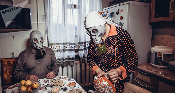 Фотопроект Бишкекчане в противогазах