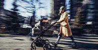 Женщина в противогазе с коляской гуляет в Бишкеке. Архивное фото