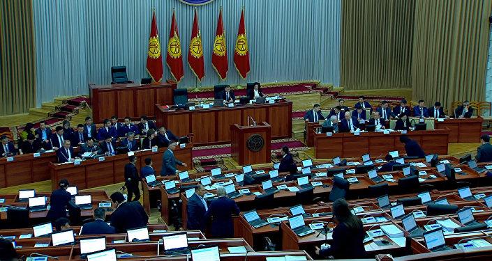 Депутаты ЖК признали, что опозорились с новыми кодексами, — видео