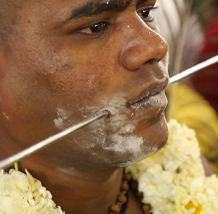 Люди прокалывают себя, чтобы умилостивить бога войны, — видео из Индии
