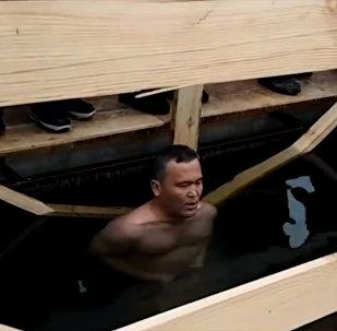 Казахстанец простоял в ледяной воде 35 минут — видео