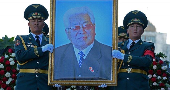 Солдаты Национальной гвардии на митинг-реквиеме несут портрет героя Кыргызской Республики, государственного деятеля Турдакуна Усубалиева