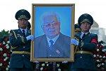 Солдаты Национальной гвардии несут портрет героя КР, государственного деятеля Турдакуна Усубалиева. Архивное фото