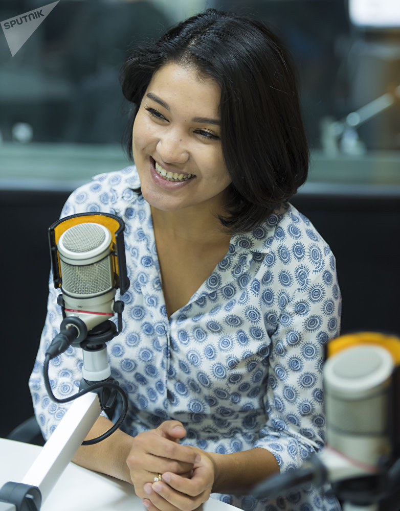 Модель Зарема Жунусова во время интервью на радиостудии Sputnik Кыргызстан