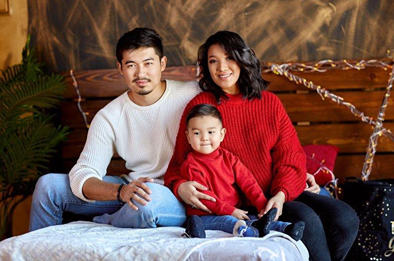 Супруги, предприниматель Ислам Сманов и модель Зарема Жунусова с сыном