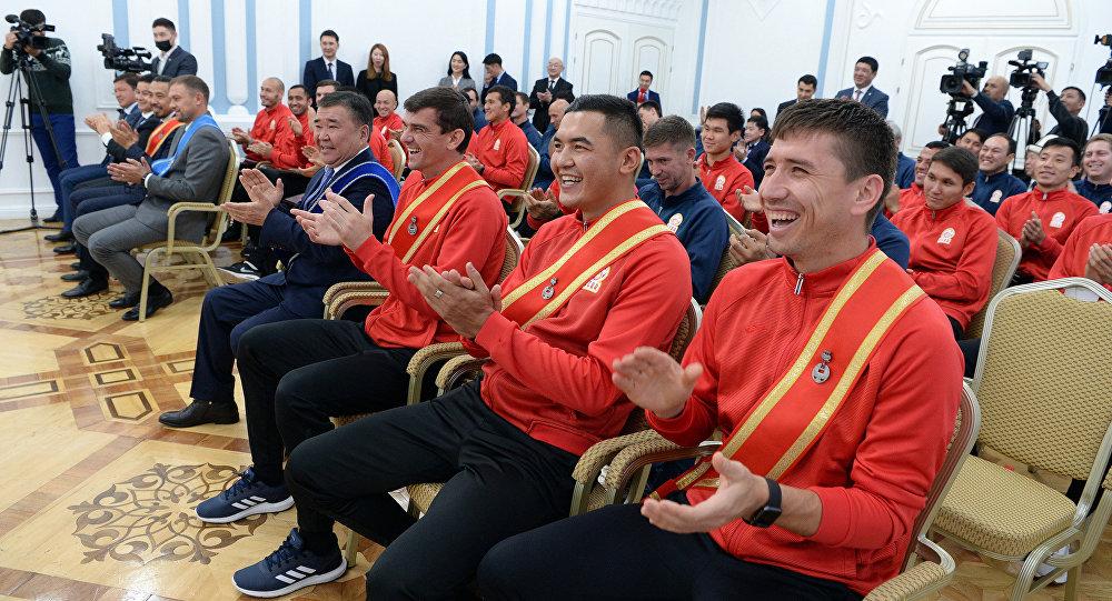 Футболисты сборной КР на вручении госнаград президентом Сооронбаев Жээнбековым. Архивное фото