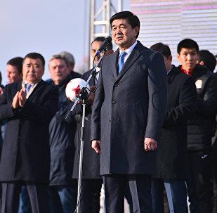 Премьер-министр Мухаммедкалый Абылгазиев Азия кубогунан кайтып келген футбол боюнча курама команда менен күйөрмандардын Ала-Тоо аянтындагы жолугушуусунда