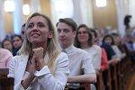 Студентка на традиционном празднике «День первокурсника» в Московском государственном университете имени М. В. Ломоносова. Архивное фото