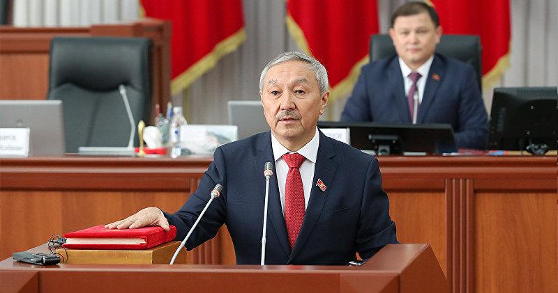 Депутат Жогорку Кенеша от фракции Бир Бол Бактыбек Турусбеков во время присяги в ЖК