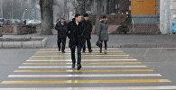 Снять наушники и капюшон! 7 золотых правил перехода улицы в КР. Видео
