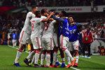 Игроки ОАЭ празднуют свой первый гол во время четвертьфинального футбольного матча Кубка Азии по футболу между сборными командами ОАЭ и Австралии на стадионе Хазаа бен Заида в Аль-Айне 25 января 2019 года.