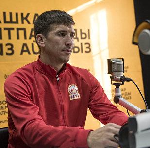 Нападающий сборной Кыргызстана по футболу и ФК Сомаспор Мирлан Мурзаев во время интервью на радио Sputnik Кыргызстан