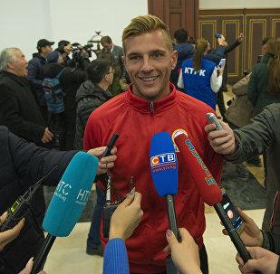 Журналисты берут интервью у одного из героев сборной — Виталия Люкса. Архивное фото