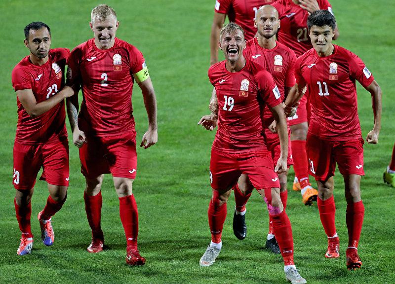 Нападающий Кыргызстана Виталий Люкс празднует вместе со своими товарищами по команде, забив гол во время матча Азиатского кубка АФК 2019 года между Кыргызстаном и Филиппинами на стадионе Мактум бин Рашид Аль-Мактум в Дубае 16 января 2019 года.