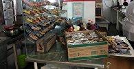 Продажа большого количества сладостей и напитков в столовой школы Бишкека