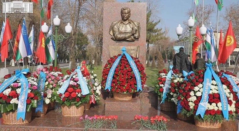 В столице Узбекистана установили барельеф Чингиза Айтматова на одноименной улице