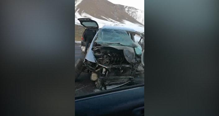 На трассе Бишкек — Ош столкнулись три машины, погиб пассажир. Видео после ДТП