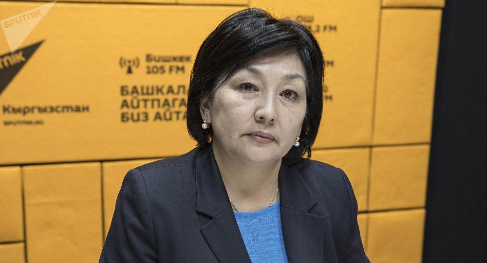 Директор кадамджайского филиала одного из коммерческих банков Кыргызстана Эльмира Кыпчакова во время беседы на радио