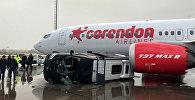 Перевернувшийся из-за смерча, автобус в международном аэропорту Антальи. 26 января 2019 года.