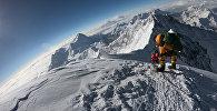 Альпинисты направляются к вершине горы Эверест, поднимаясь по южной стороне от Непала. Архивное фото