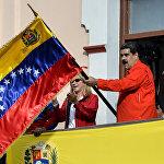 Венесуэланын президенти Николас Мадуро топтошкон тарапташтарынын алдына чыгып, АКШ менен дипломатиялык мамилени үзөрүн жар салды. Каракаста Мадурого каршы массалык акциялар өтүүдө. Праламенттин спикери Хуан Гуаидо өзүн мамлекеттин убактылуу башчысы катары жарыялады. Ал эми АКШ менен бир катар мамлекеттер Гуаидону Венесуэланын легитимдүү президенти катары тааныганын билдирди.
