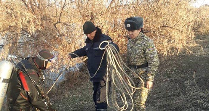 Тело четырехлетней девочки, которая упала в Большой Чуйский канал, найдено, сообщила пресс-служба МЧС