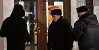 Москвадагы Третьяков галереясындыгы полиция кызматкерлери