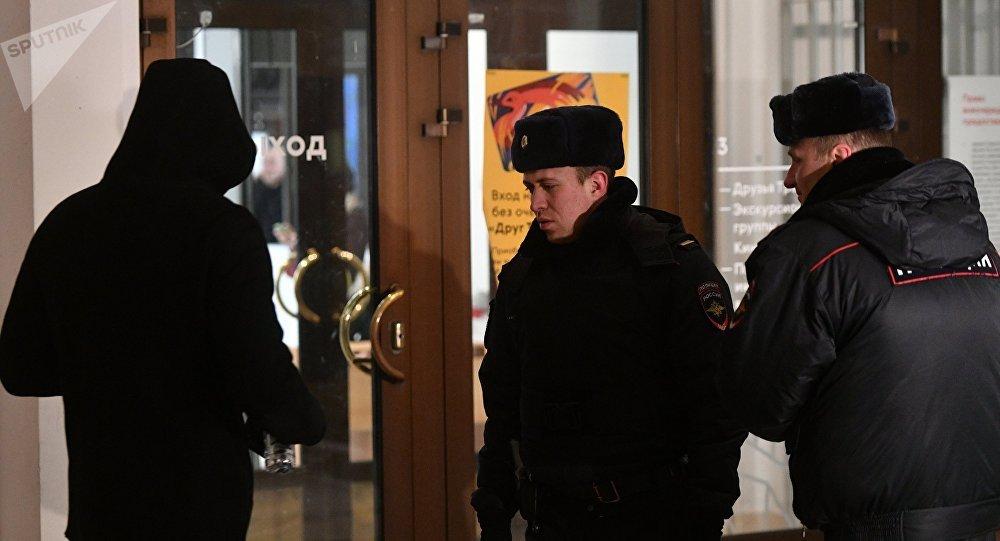 Сотрудники полиции досматривают посетителей Инженерного корпуса Третьяковской галереи в Москве. Министерство культуры России сообщило о том, что из Третьяковской галереи пропала картина художника Архипа Куинджи «Ай-Петри. Крым».