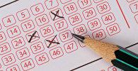 Заполнение карандашом лотерейного билета. Архивное фото