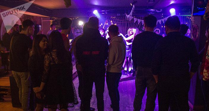Сотрудники Службы по борьбе с незаконным оборотом наркотиков МВД провели необычную профилактическую беседу с молодежью в одном из ночных клубов Бишкека.