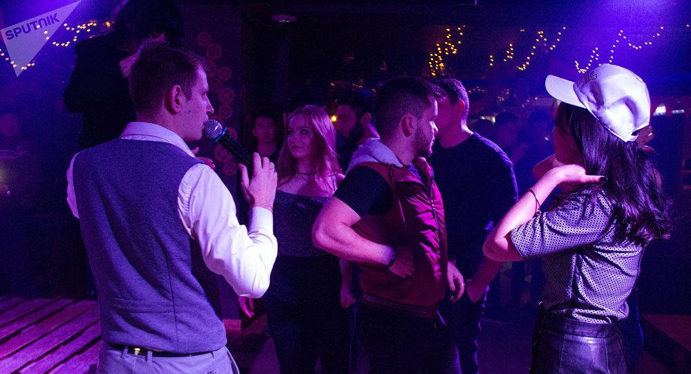 Сотрудники Службы по борьбе с незаконным оборотом наркотиков МВД провели необычную профилактическую беседу с молодежью в одном из ночных клубов Бишкека