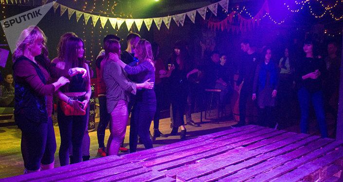 Профилактическая беседа с молодежью в одном из ночных клубов Бишкека