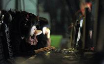 Девушка в компьютерном клубе. Архивное фото