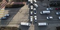 Бишкек жолундагы автоунаалар. Архивдик сүрөт