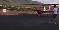 Мужчина, пытаясь снять взлет самолета, чуть не лишился жизни. Видео