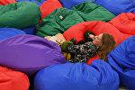 Девушка лежит на подушке. Архивное фото