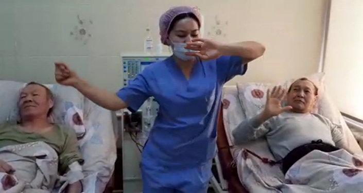 Медсестры в Кыргызстане устроили добрый флешмоб для пациентов. Видео