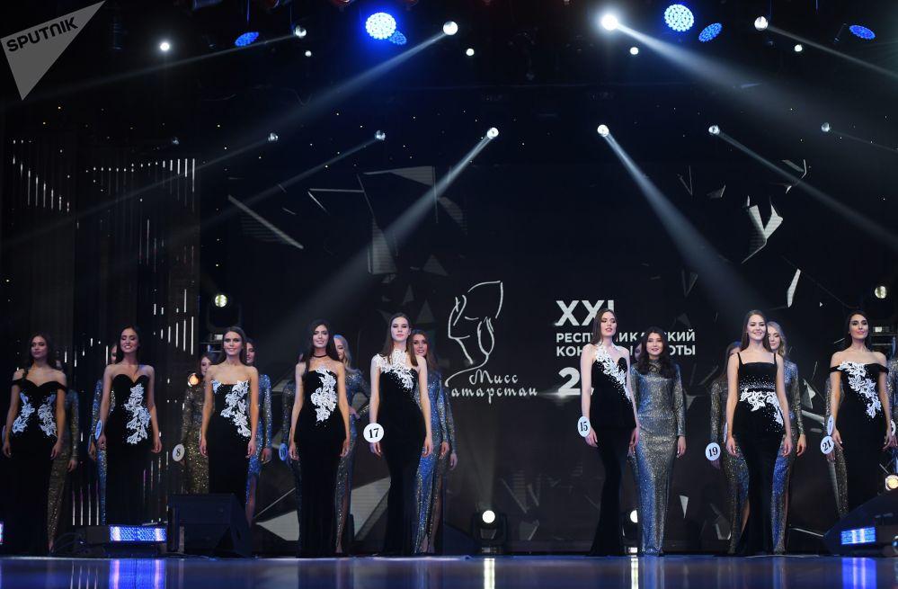 На главный титул претендовали 30 девушек. По итогам первого этапа жюри предстояло выбрать десять конкурсанток.