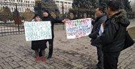Альянс Курулуш компаниясынын үлүшчүлөрү Жогорку Кеңештин имаратынын алдына митингге чыкты