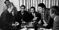 Чингиз Айтматов и Аалы Токомбаев играют в шахматы — архивное фото из 70-х