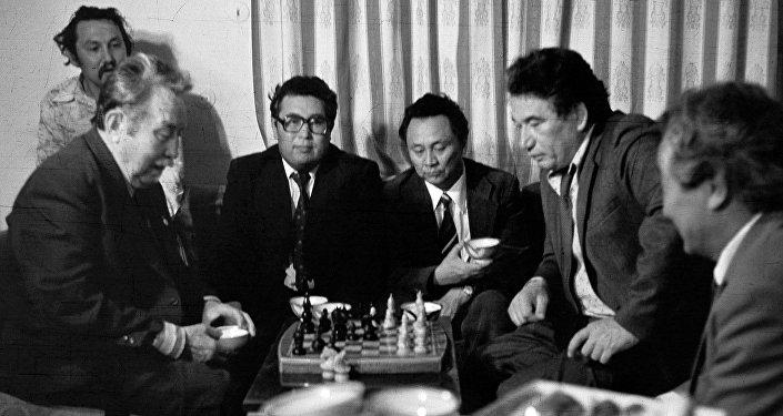 Шахматта күч сынашкан Айтматов менен Токомбаев. Таберик сүрөт