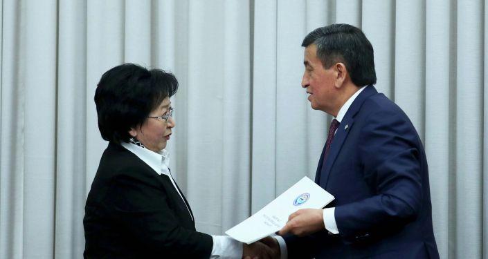 На заседании Жогорку Кенеша состоялась торжественная церемония присяги новых членов Правительства Кыргызской Республики с участием Президента КР Сооронбая Жээнбекова.