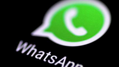 Приложение обмена сообщениями WhatsApp видно на экране телефона. Архивное фото
