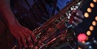 Музыкант играет на саксофоне. Архивное фото