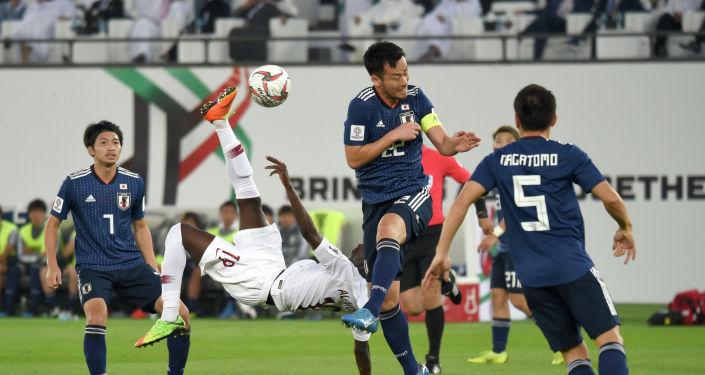 Нападающий Катара Аль-Мозе Али забивает гол через себя во время финального футбольного матча Кубка Азии в Абу-Даби . 1 февраля 2019 года
