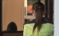 Девочка сидит спиной. Архивное фото