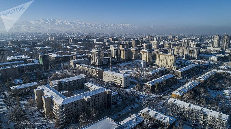 Вид на дневной Бишкек с дрона после снегопада